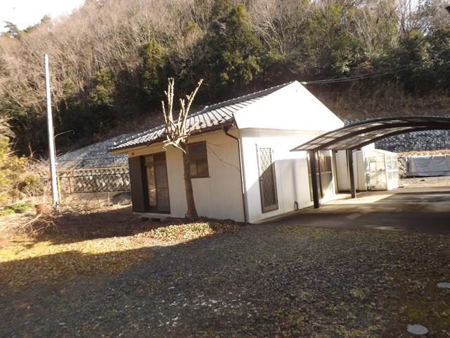 裏庭と小建物